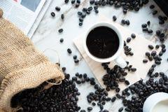 Una tazza di caffè e chicchi di caffè Immagine Stock Libera da Diritti