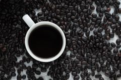 Una tazza di caffè e chicchi di caffè Fotografie Stock Libere da Diritti