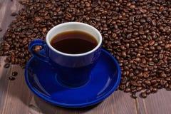Una tazza di caffè e chicchi di caffè Fotografie Stock