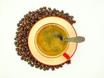 Una tazza di caffè e chicchi di caffè Immagini Stock Libere da Diritti