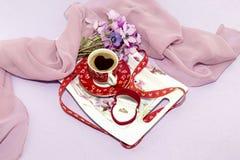 Una tazza di caffè e un anello di diamante Fotografia Stock Libera da Diritti