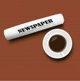 Una tazza di caffè e un giornale sulla tabella Fotografia Stock Libera da Diritti