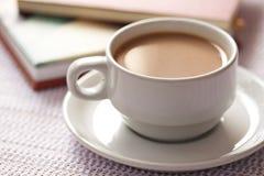 Una tazza di caffè e un libro per si distendono il tempo Fotografia Stock Libera da Diritti