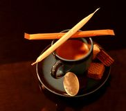 Una tazza di caffè espresso con alcuni ossequi immagine stock libera da diritti