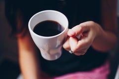 Una tazza di caffè in mani Fotografia Stock Libera da Diritti