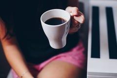 Una tazza di caffè in mani Fotografie Stock Libere da Diritti