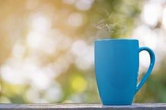 Una tazza di caffè nel bokeh Fotografie Stock Libere da Diritti