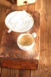 Una tazza di caffè nero su vecchio legno strutturato Fotografia Stock Libera da Diritti