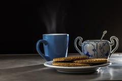 Una tazza di caffè piena di vapore con un certo sciroppo di melassa delizioso waffles immagine stock