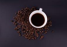 Una tazza di caffè preparato fresco con la foto dei chicchi di caffè da sopra immagine stock