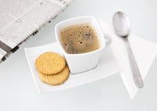Una tazza di caffè squisita con i biscotti Fotografie Stock Libere da Diritti