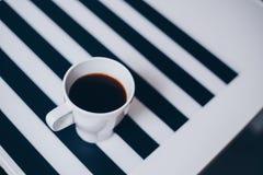 Una tazza di caffè su struttura di legno Fotografia Stock