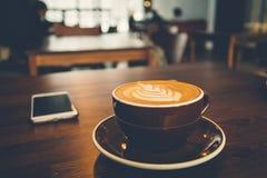 Una tazza di caffè su superficie di legno Fotografia Stock