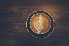 Una tazza di caffè su superficie di legno Immagini Stock Libere da Diritti