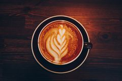 Una tazza di caffè su superficie di legno Fotografia Stock Libera da Diritti