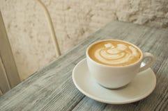 Una tazza di caffè su una tabella immagini stock