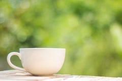 Una tazza di caffè su un di legno fotografie stock libere da diritti
