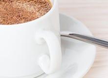 Una tazza di caffè sulla tabella Immagini Stock Libere da Diritti