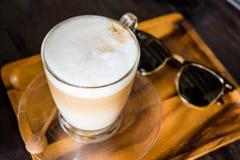 Una tazza di caffè sulla tavola d'annata Immagini Stock Libere da Diritti