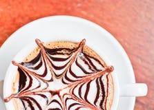 Una tazza di caffè sulla tavola di legno fotografia stock libera da diritti