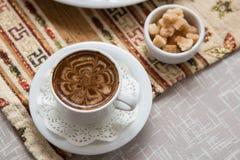 Una tazza di caffè sulla tovaglia tartara tradizionale Fotografie Stock