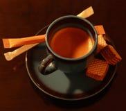 Una tazza di caff? espresso con alcuni ossequi fotografia stock libera da diritti