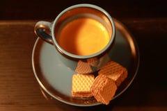 Una tazza di caff? espresso con alcuni ossequi immagini stock