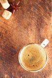 Una tazza di caffè nero su vecchio legno strutturato Immagine Stock