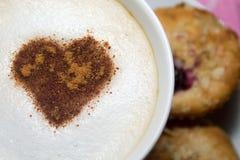 Una tazza di cappuccino caldo Immagine Stock Libera da Diritti