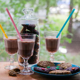 Una tazza di cioccolata calda con i biscotti immagini stock