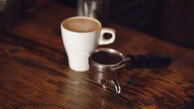 Una tazza di coffe sulla tavola in caffè 4K archivi video