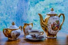 Una tazza di forte caffè nel primo mattino immagini stock