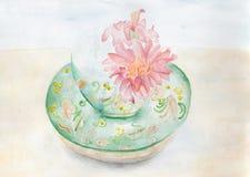 Una tazza di Khokhloma con i fiori della gerbera Fotografia Stock Libera da Diritti