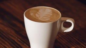 Una tazza di latte con effetto del latte video d archivio