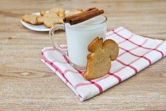 Una tazza di latte, di cannella e dei biscotti Fotografie Stock