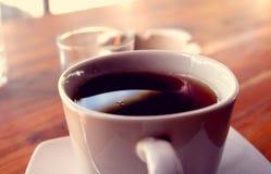 Una tazza di tè in una tazza bianca Fotografie Stock