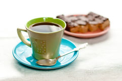 Una tazza di tè che si leva in piedi sulla tabella Fotografia Stock Libera da Diritti