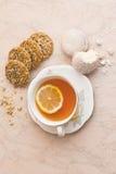 Una tazza di tè con i biscotti fotografia stock libera da diritti
