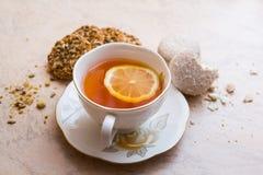 Una tazza di tè con i biscotti fotografie stock libere da diritti
