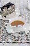 Una tazza di tè con il dolce del crêpe del cioccolato Fotografie Stock