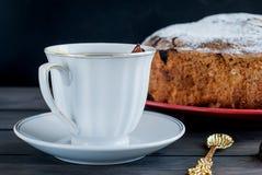 Una tazza di tè con il limone e una torta della frutta Fotografia Stock Libera da Diritti