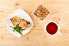 Una tazza di tè con il mini panino del pane tostato del pollo Fotografie Stock