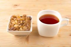 Una tazza di tè con il mini panino del pane tostato del pollo Immagini Stock Libere da Diritti