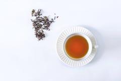 Una tazza di tè con la foglia di tè secca Fotografia Stock Libera da Diritti