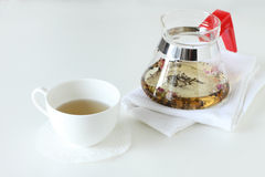 Una tazza di tè con la teiera immagini stock