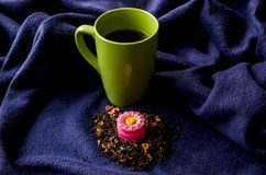Una tazza di tè e di una candela aromatica immagini stock libere da diritti