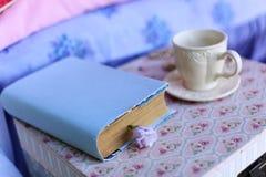 Una tazza di tè e di un libro Fotografie Stock