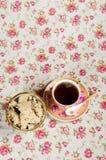 Una tazza di tè e piattino con il halva delizioso fotografie stock libere da diritti