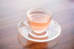 Una tazza di tè profumato sulla tavola fotografie stock