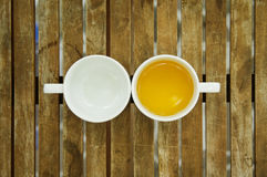 Una tazza di tè & tazza vuota sulla tavola di legno Fotografie Stock Libere da Diritti